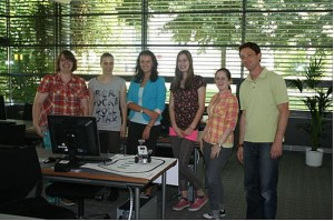 Roberta (Mitte vorn) im Kreise der fünf Teilnehmerinnen mit Dozent Hans-Peter Holzhausen (rechts) (Foto: krz)