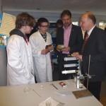 Bürgermeister Klaus Geise und Markus Rempe (Vorstandsvorsitzender Lippe bildung eG) bestaunen Experimente