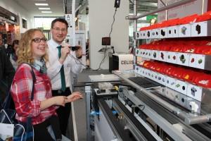 Die Gesamtschülerin Esther Portong (Jahrgang 12) montiert mit der Spezialbrille der Firma IOSB-INA aus Lemgo ein neues technisches Produkt