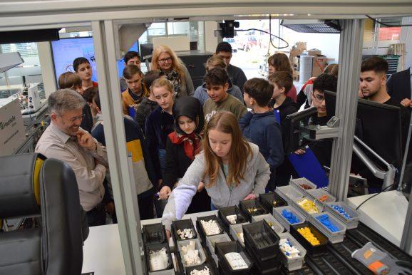 """Realschüler/innen besuchen im Rahmen von """"RaschOWL - Region macht Schule"""" die SmartFactory in Lemgo"""