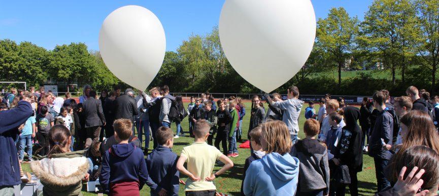Gymnasiasten lassen Sonde mit Experimenten in Richtung Weltall fliegen!