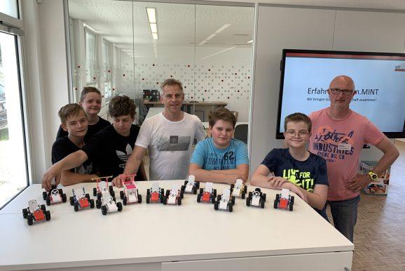 Schüler/innen bauen Strandbuggys im Erfahrungsraum.MINT