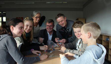 Schüler/innen bauen und programmieren eine Schranke