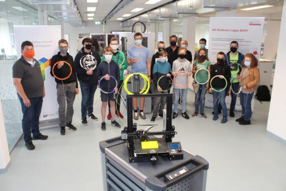 Schülerinnen und Schüler bauen den eigenen 3D-Drucker für zuhause